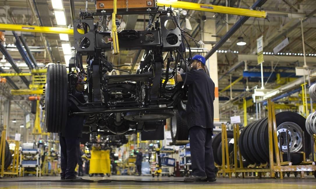 Produção da indústria cresce 0,3% em abril, mas acumula queda no ano